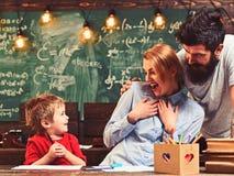 Kindverf met vrouw en man het glimlachen Kind en gelukkige familietekening, creativiteit en ontwikkeling royalty-vrije stock afbeelding