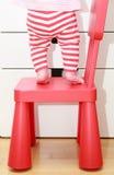 Kindvoeten op babystoel, de veiligheidsconcept van het jonge geitjeshuis stock afbeeldingen