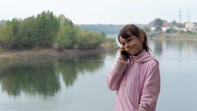 Kindvraag op mobiel in aard stock video