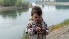 Kindvraag op mobiel in aard stock footage