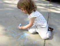 Kindzeichnung auf Bürgersteig stockfotos