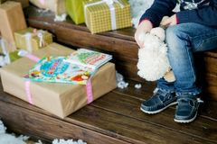 Kindzitting bij de Kerstboom Stock Afbeelding