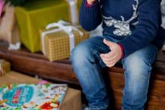 Kindzitting bij de Kerstboom Royalty-vrije Stock Afbeeldingen