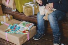 Kindzitting bij de Kerstboom Royalty-vrije Stock Fotografie