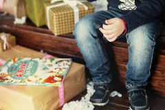 Kindzitting bij de Kerstboom Royalty-vrije Stock Foto