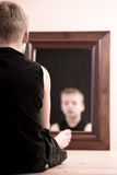Kindzitting op vloer die in spiegel staren Royalty-vrije Stock Afbeelding