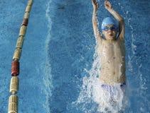 Kindzwemmer in zwembad stock afbeelding