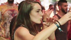 KINERET, ISRAËL, 6 April 2018-langzame motie van een vrouw die in een danspartij dansen stock video