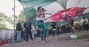 KINERET, ISRAEL, o 6 de abril de 2018 - dança da mulher do movimento lento com aro do hola vídeos de arquivo