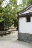 Kines Asien, Peking, Beihai parkerar, antika byggnader, träd, vägar Arkivfoton