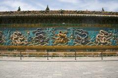 Kines Asien, Peking, Beihai parkerar, forntida byggnader, vägg för nio drake Arkivbild