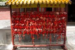 Kines Asien, Peking, Beihai parkerar, trä henne lves, hängande önska och att välsigna av trä Royaltyfri Fotografi