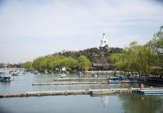 Kines Asien, Peking, den kungliga trädgården, Beihai parkerar, de forntida byggnaderna, den vita pagoden Royaltyfri Bild