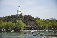 Kines Asien, Peking, den kungliga trädgården, Beihai parkerar, de forntida byggnaderna, den vita pagoden Arkivbild