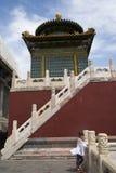 Kines Asien, Peking, den kungliga trädgården, Beihai parkerar, de forntida byggnaderna, den vita pagoden Arkivfoto