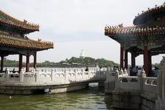 Kines Asien, Peking, den kungliga trädgården, Beihai parkerar, de forntida byggnaderna, den vita pagoden Royaltyfri Foto