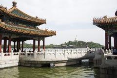 Kines Asien, Peking, den kungliga trädgården, Beihai parkerar, de forntida byggnaderna, den vita pagoden Royaltyfria Bilder