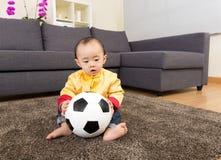 Kines behandla som ett barn bollen för pojkelekfotboll Arkivbilder