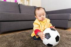 Kines behandla som ett barn bollen för pojkelekfotboll Royaltyfri Bild