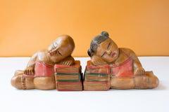 Kines behandla som ett barn - dockan för det kinesiska nya året, träskulptur fotografering för bildbyråer