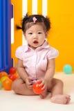 Kines behandla som ett barn flickan som spelar med bollar royaltyfria foton