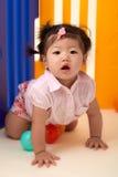 Kines behandla som ett barn flickan som spelar med bollar arkivbilder