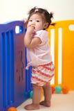 Kines behandla som ett barn flickan som spelar med bollar arkivfoton