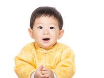 Kines behandla som ett barn pojkeleende royaltyfri bild