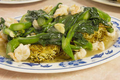 Kines Fried Noodles med räkor och grönsaken royaltyfria foton