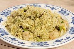 Kines Fried Rice med grillfestgriskött och räka Arkivfoton