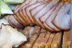 Kines grillade rött stekgriskött och den kinesiska frasiga frasiga grisköttbuken royaltyfri foto