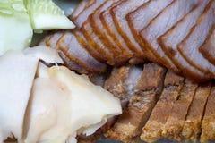 Kines grillade rött stekgriskött och den kinesiska frasiga frasiga grisköttbuken royaltyfria foton