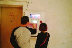 Kines kopplar ihop i gatorna för fria kondomar Fotografering för Bildbyråer