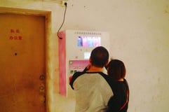 Kines kopplar ihop i gatorna för fria kondomar Arkivbild