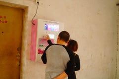 Kines kopplar ihop i gatorna för fria kondomar Royaltyfri Fotografi
