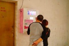 Kines kopplar ihop i gatorna för fria kondomar Arkivfoto