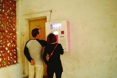 Kines kopplar ihop i gatorna för fria kondomar Royaltyfria Bilder