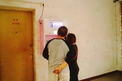 Kines kopplar ihop i gatorna för fria kondomar Royaltyfri Bild