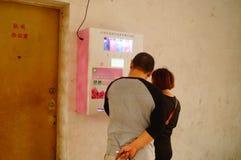 Kines kopplar ihop i gatorna för fria kondomar Arkivfoton