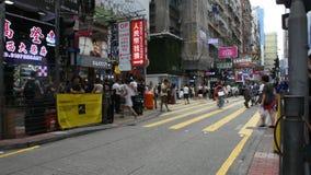 Kines- och utlänningfolket går och shopping på Mong Kok i Hong Kong, Kina lager videofilmer