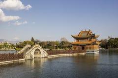 Kines parkerar med bron och paviljongen på en sjö fotografering för bildbyråer
