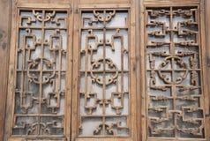 Kines snidit träfönster Royaltyfri Fotografi