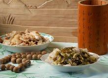 Kines som äter middag disk Arkivbilder