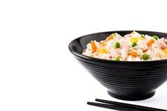 Kines stekte ris med grönsaker och omelett i den svarta bunken som isoleras på vit bakgrund arkivbild