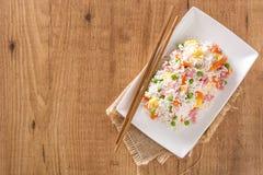 Kines stekte ris med grönsaker och omelett på trä arkivfoton
