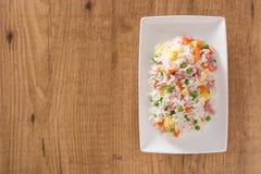 Kines stekte ris med grönsaker och omelett på trä royaltyfri bild
