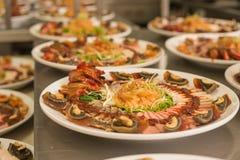 Kines-stil Hors d'oeuvres på den vita maträtten Arkivbilder