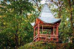 Kines-stil summerhouse i parkera i summer_en royaltyfri fotografi