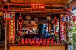 Kines-stil te shoppar på Ruk den thailändska byn arkivbild