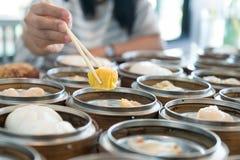 Kines strömmade klimpen i bambukorg på tabellen i kines r royaltyfria bilder
